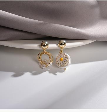 White Daisy Design Pearl Earring Set