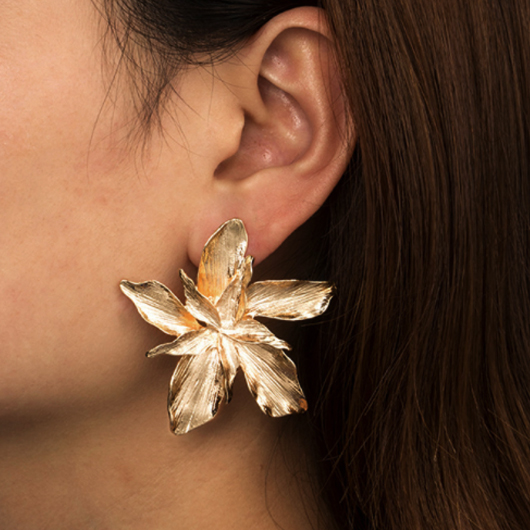 Metal Detail Flower Design Gold Earring Set